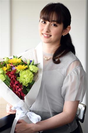 青、赤、黄、ピンク、紫、緑のももクロカラーの花束をサンケイスポーツ記者から受け取り、幸せそうにほほえむ早見=東京・渋谷区(撮影・高橋朋彦)