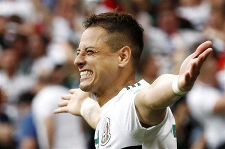 後半、2点目のゴールを決め喜ぶメキシコのエルナンデス=ロストフナドヌー(ロイター)
