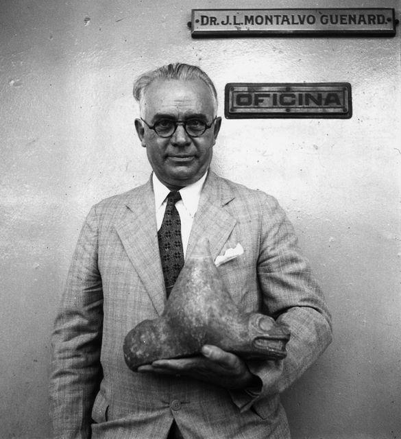 Collection Société de Géographie de Toulouse PORTO-RICO portrait du Dr. J.L. MONTALVO GUENARD tenant une sculpture précolombienne (animal) Date indéterminée