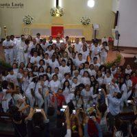Crismandos recebem o sacramento do Santo Crisma