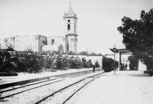 Il-ferrovija għaddejja minn ħdejn il-Knisja ta' Santa Marija.