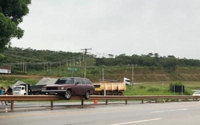 Carro sobe em mureta de proteção na MG-431