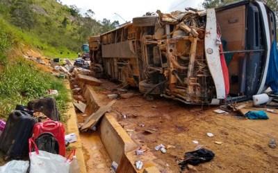 Ônibus com 49 passageiros tomba e deixa feridos na BR-381