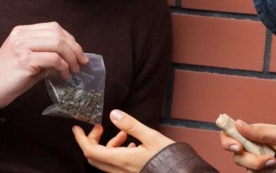 Jovem é preso por tráfico de drogas em Itaúna