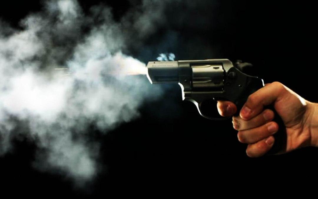 Atiradores invadem casa e matam mãe, filho e outro homem