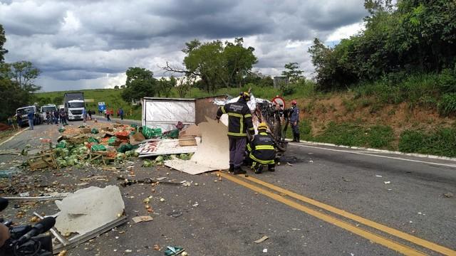 Trânsito na MG-050 é liberado após colisão entre caminhões