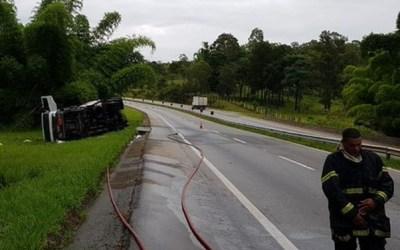 Caminhão carregado com produto químico tomba e BR-381 é interditada