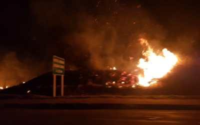 Bombeiros combatem incêndio no morro do bonfim em Itaúna