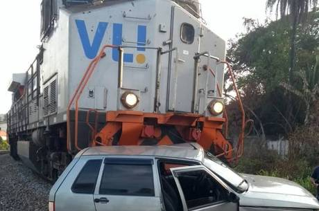 Carro é arrastado por trem em cruzamento de Juatuba