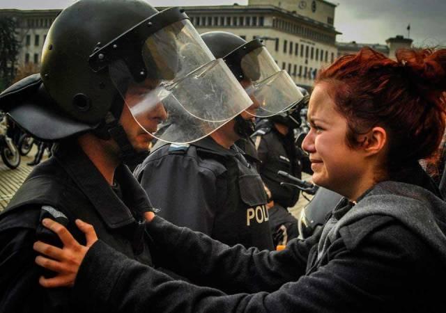 Un-policía-y-un-manifestante-lloran-juntos.-Sofia-Bulgaria-2013.