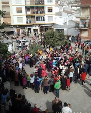 Mozas bailando en la plaza