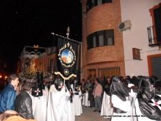 Virgen de los Dolores precedida del estandarte en calle Sagasta