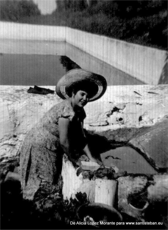 Mi madre lavando en los lavaderos, como se hacía antiguamente.