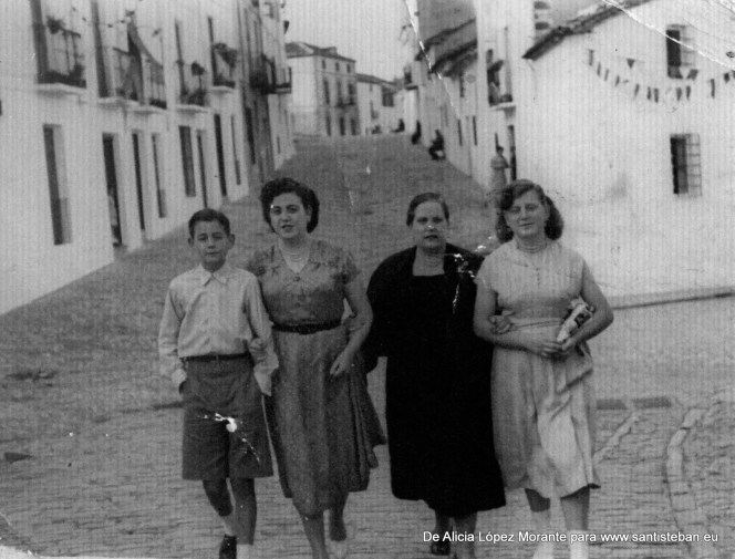 Mi madre, mi abuela Herminia Mallenco y mi tía al bajar de la calle Convento hacia la calle Sagasta, cuando las calles estaban empedradas.