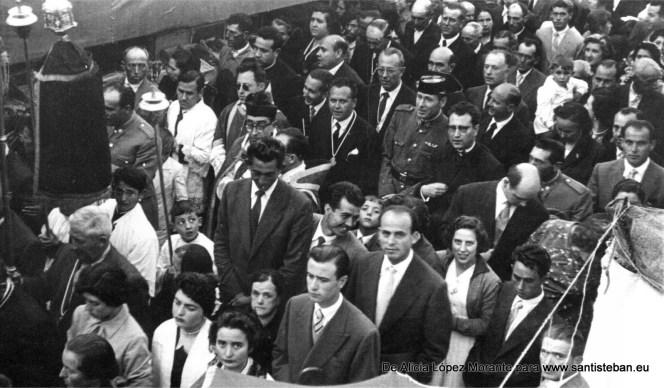 Una procesión de Semana Santa de los años 50. Entre las personas se reconoce a José Marín (el alto), Constantino Martínez y Juana Galdón (parte superior central).