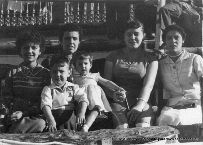 De Izquierda a Derecha: Mi tía Ramona López, Mi tía Antonia Morante, Ana, madre de Herma Mallenco, la niña pequeña y su hermano Jerónimo (creo).