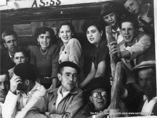 Viendo los toros en la Plaza, mi tía Ana (madre de Herma Mallenco), Dolores, amiga de mi madre, mi madre, Alfonsa Morante y mi tía Antonia de niña. Debe ser del 1945 o 48.