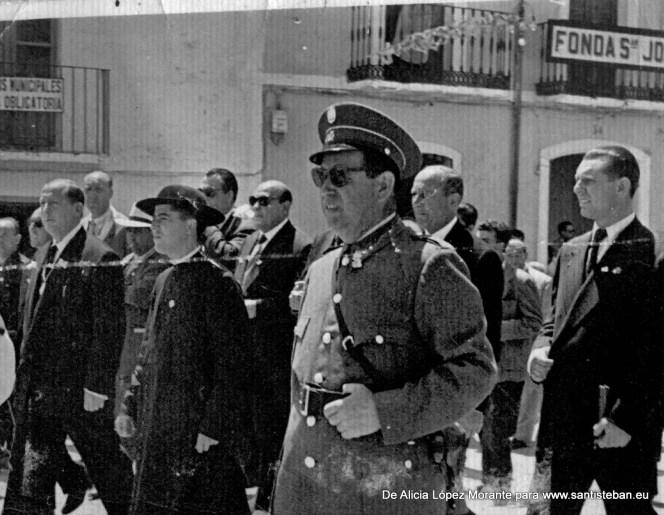 Mi abuelo Gonzalo Morante vestido de municipal durante una procesión frente a la fonda San José (esquina de C. Sagasta con Avd. Andalucía)