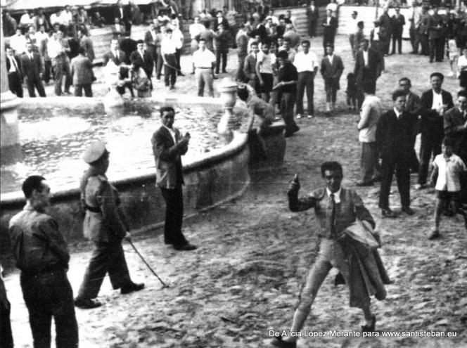 Vuelta al ruedo de un torero, de cuando se celebraban corridas en la plaza. Otra vez, mi abuelo Gonzalo de municipal.