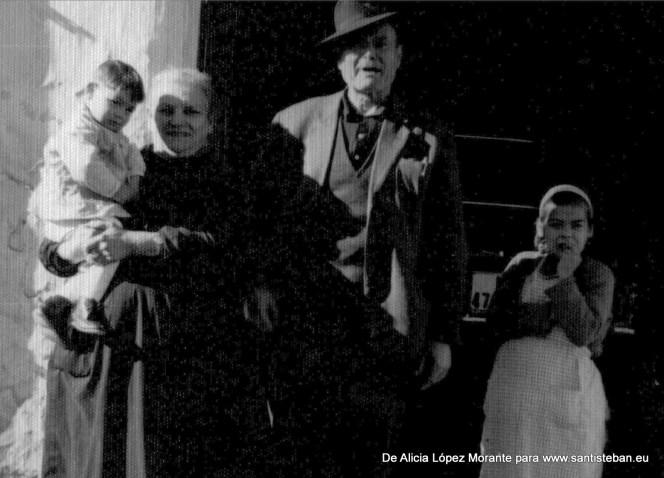 Mis abuelos Justa y Juan Mª con mi primo Juan en los brazos. Al fondo el taxi de mi padre.