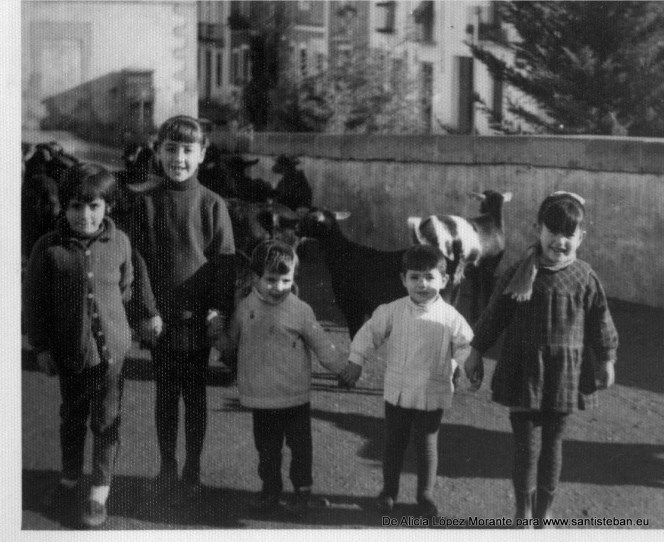 Esta foto es de 1968 y aparecen mis hermanas pequeñas junto a otras niñas y niños de la plazoleta: mi prima Herma y Loren con su hermano Blas.