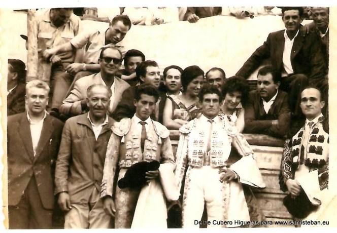 Toros en la plaza del Pilar, en la decada de los sesenta. En la fila, de izquierda a derecha estan, Joaquin Cubero, padre de Fe, el segundo torero es Mazzantini, y el tercero es el banderillero Peñita.En la segunda fila, está la familia Soto, de Villacarrillo, siendo el de las gafas de sol, Don Vicente.