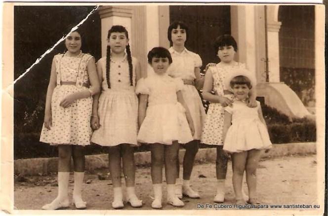 Jardincillos de la ermita (Actual plaza de Ramón y Cajal). Aparecen Fe Cubero, sus hermanas y sus primas Carmen y Flores Quesada y Aurea Latorre.
