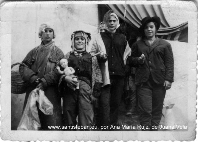 """Juana Vela (derecha) Paquita """"La Ronda"""" (en medio). Foto por Ana María Ruíz"""