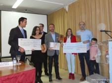 Autoridades entregando los premios a los ganadores