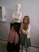 Escultura ganadora del segundo premio y modelo que la inspiró. Hijos de Daniel Elena Bueno, autor de la obra.