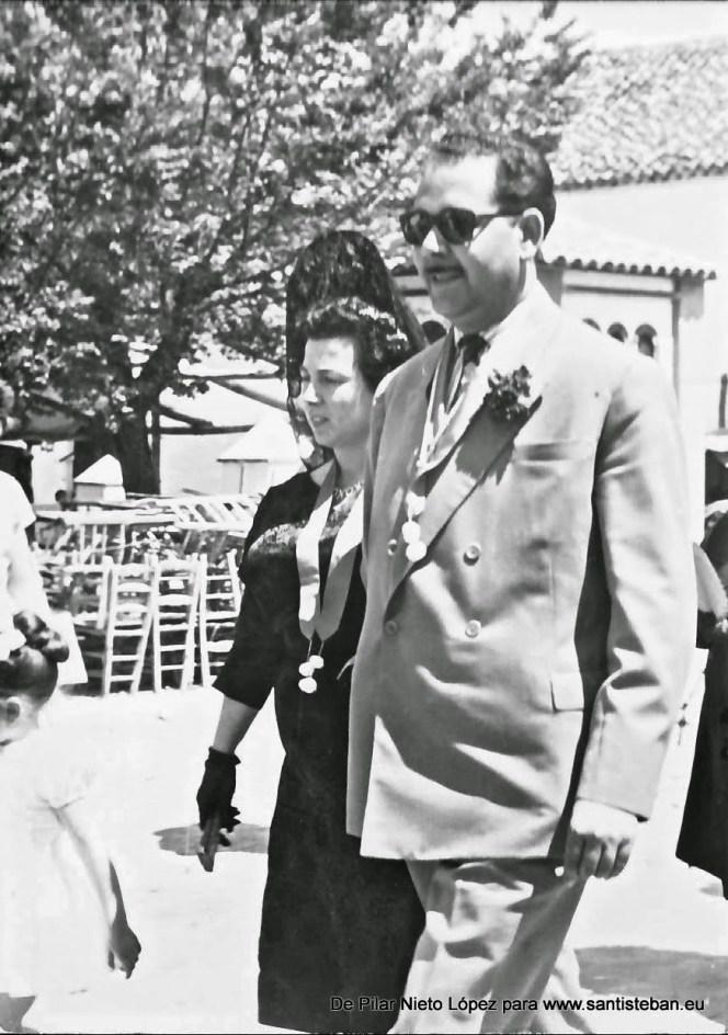 Los comisarios Pedro Mercado y Concepción Nieto, posiblemente un Domingo de Pentecostés dirigiéndose a la fiesta -llevan los tradicionales estadales-.