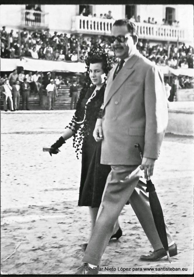 Comisarios de mozos -Pedro Mercado y Concepción Nieto- dando la vuelta al ruedo antes de la corrida en la Plaza Mayor, habilitada como plaza de toros.