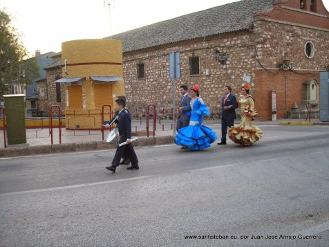 Mayordomía de dirigiéndose a la entrada del pueblo para recibir a los muleros