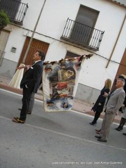Banda de música, mayordomía y autoridades de dirigiéndose a la entrada del pueblo para recibir a los muleros