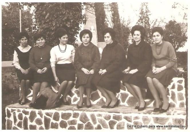 Fe Cubero con unas amigas entre las que están entre otras, las hermanas Quesada y Sebastiana Medina (q.e.d)