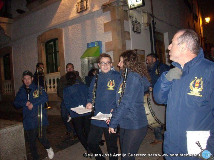 Banda de música frente al ayuntamiento, recogiéndose de la fiesta