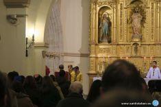 Niños Scouts en la oración de los fieles