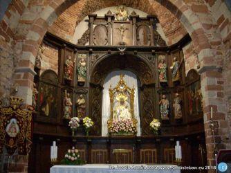 Altar de Santa María del Collado antes de la lumbre de la Candelaria en Santa María