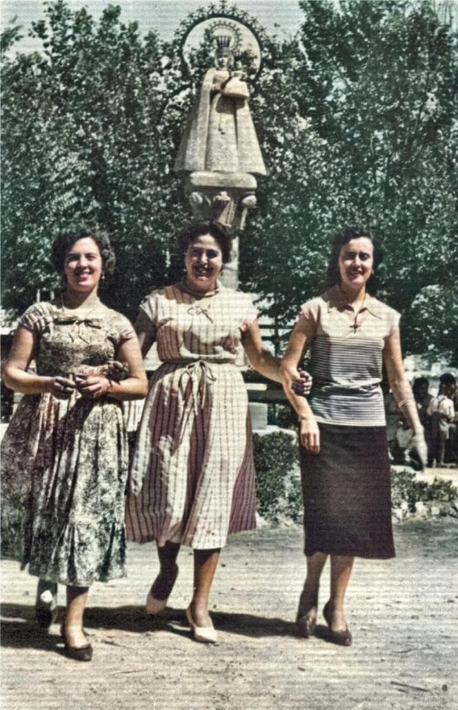 De paseo en el Jardín Municipal, años 50, por Alicia López Morante. Aparece Alfonsa Morante con dos amigas: Mª Luisa y Dolores