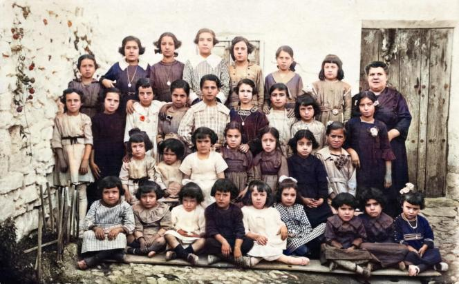 Grupo de niñas con su maestra, de la Fototeca de El Chinero.
