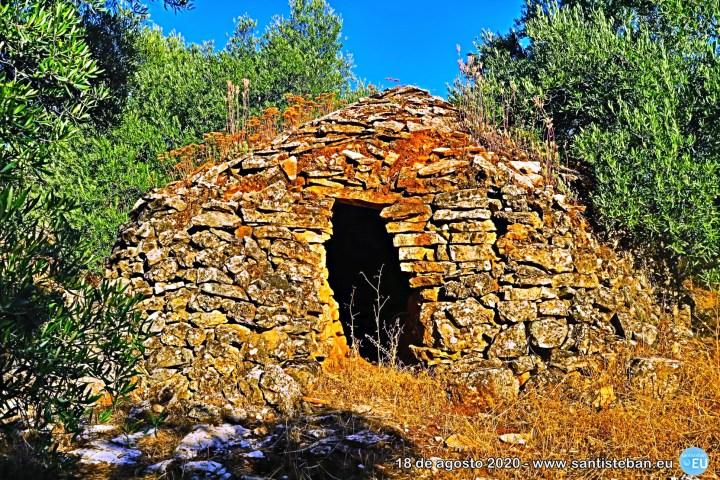Un caracol: típica cabaña de piedra