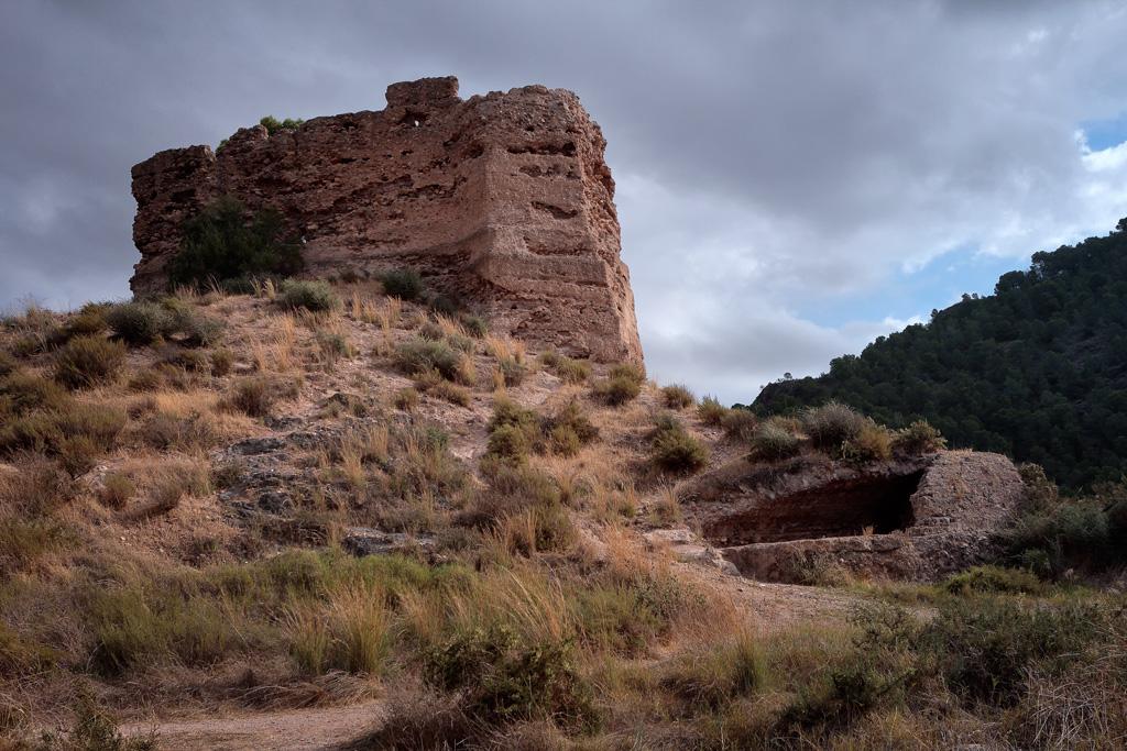 Vista del torreón del castillo y en primer plano el aljibe.