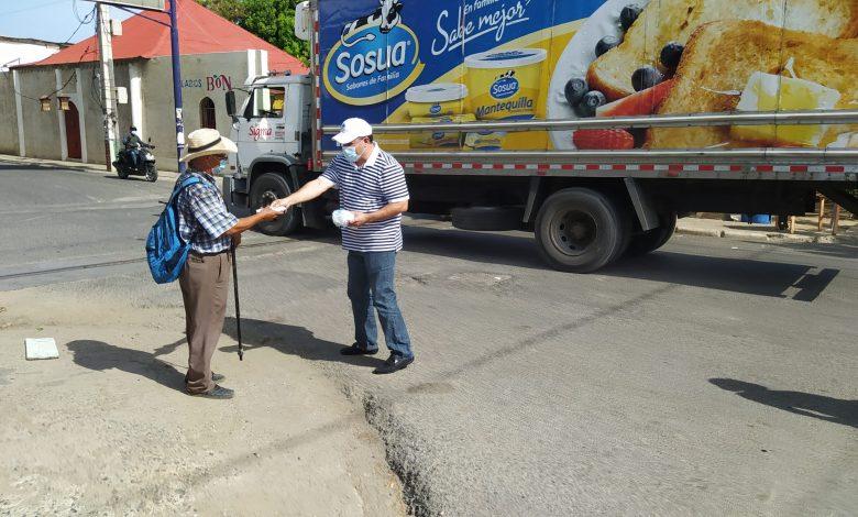 Montecristi: Salud Pública distribuye mascarillas en las calles.