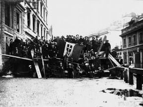 Italia . Barricata di un gruppo di fascisti davanti alla Casa del Fascio in via San Marco a Milano (1922).De Agostini Picture Library