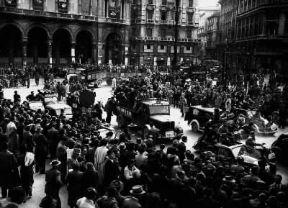 Italia . Sfilata di partigiani in Piazza Duomo a Milano dopo la Liberazione (1945).De Agostini Picture Library