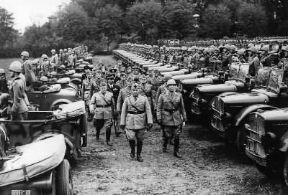 Italia . Mussolini (al centro) visita la divisione Torino della Armata del Po (Monselice, 8 ottobre 1940).De Agostini Picture Library