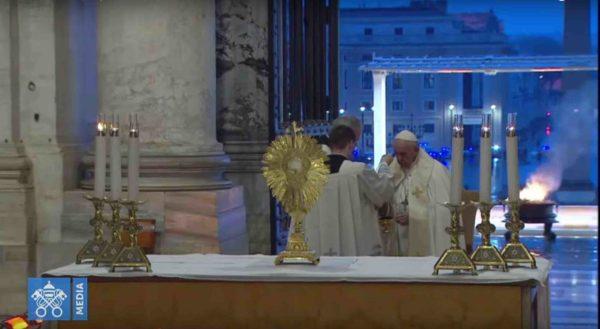 Un momento dell'omelia che papa Francesco ha pronunciato nel pieno dell'epidemia da Coronavirus che tiene in apprensione il mondo