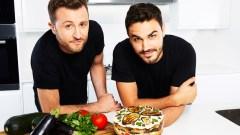 Due attivisti della Settimana senza carne difronte a un piatto di vegetali