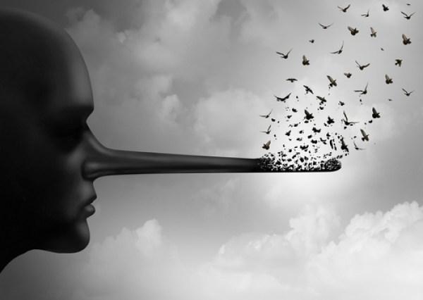 Una figura astratta osserva il proprio naso, simile a quello di Pinocchio, dissolversi nell'aria in un volo d'uccelli