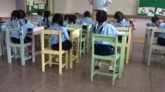 Bambini di spalle in una classe delle elementari